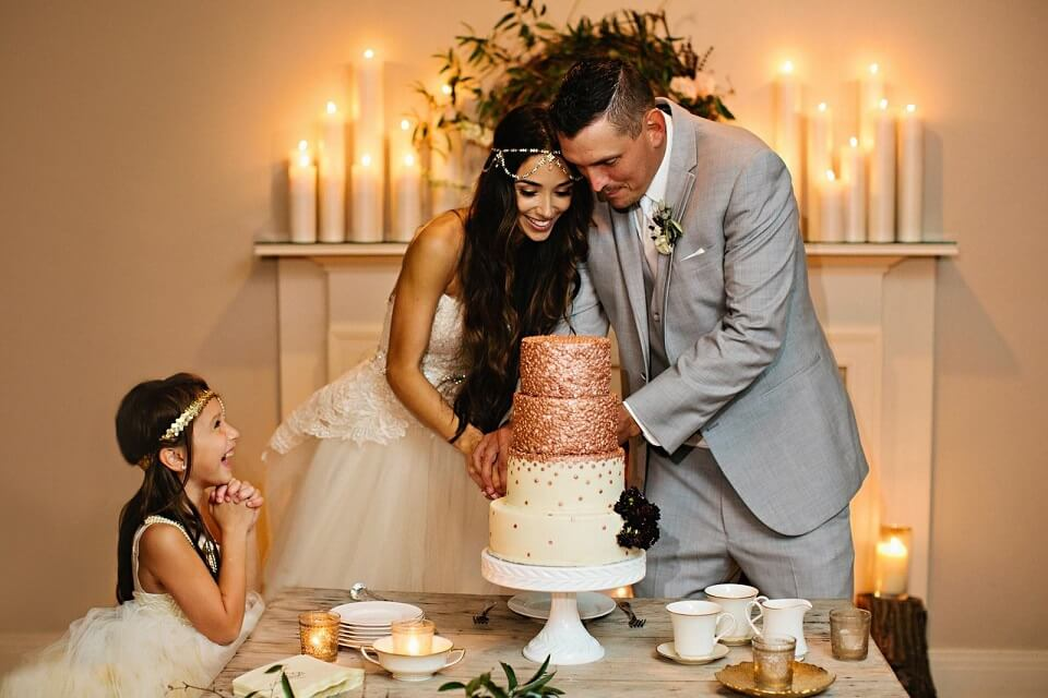 Ý nghĩa của việc cắt bánh cưới và rót sâm banh trong tiệc cưới