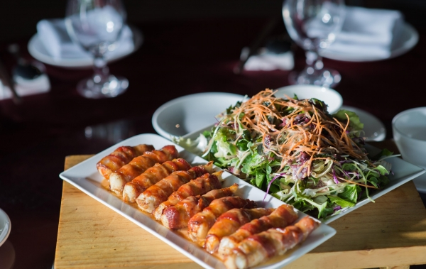 Cá chẽm cuộn thịt sốt phô mai cay dùng với salad