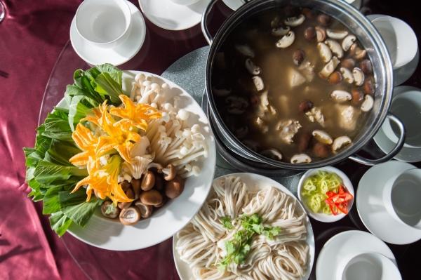 Lẩu nấm sườn non dùng với mỳ Udon